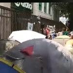 Jovens ocupam a calçada da Globo, no Rio. Assista