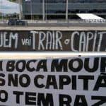 """""""Minions"""" penduram faixas contra Mourão e Heleno junto ao Palácio"""