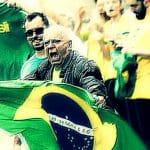"""Bolsonaro """"toca reunir"""" aos fanáticos, sugere a Folha"""