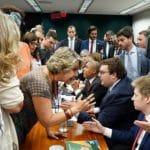Confusão na CCJ encobre tentativa de Maia de negociar acordo