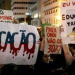 Governo treme e Bolsonaro diz que não cortará na Educação
